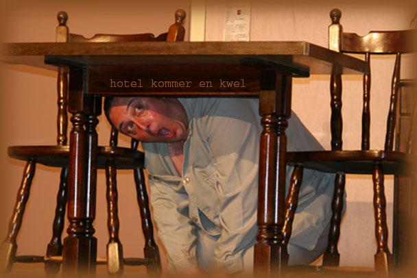 Ronnie onder tafel